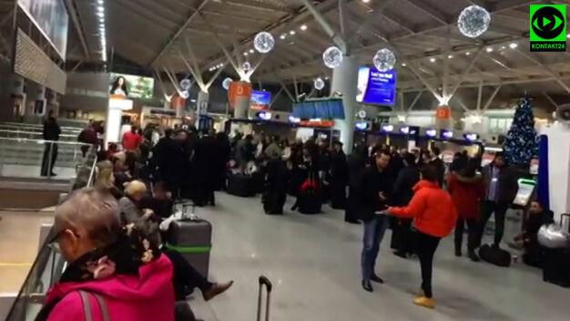 Ewakuacja na Lotnisku Chopina. Pozostawione bagaże i awaria pociągu