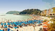 Śródziemnomorskie plaże skąpane w słońcu